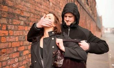 В чем отличие грабежа от кражи?