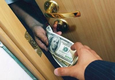В чем отличие грабежа от вымогательства?