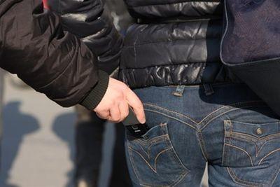 При подаче заявления о краже прося предоставить чек на украденное